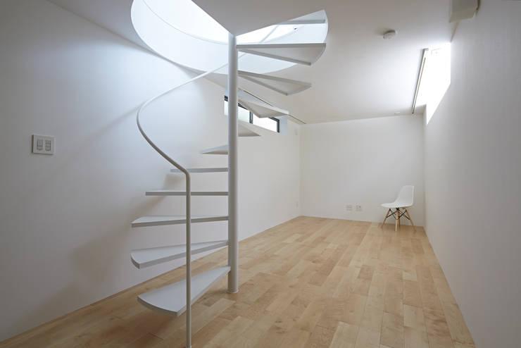 長窓の家: another APARTMENT LTD. / アナザーアパートメントが手掛けた和室です。