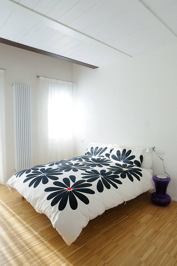 abitazione: Camera da letto in stile  di bbprogetto