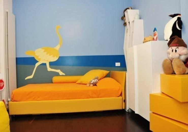 A CIASCUNO IL SUO COLORE: Camera da letto in stile  di Emanuela Orlando Progettazione,