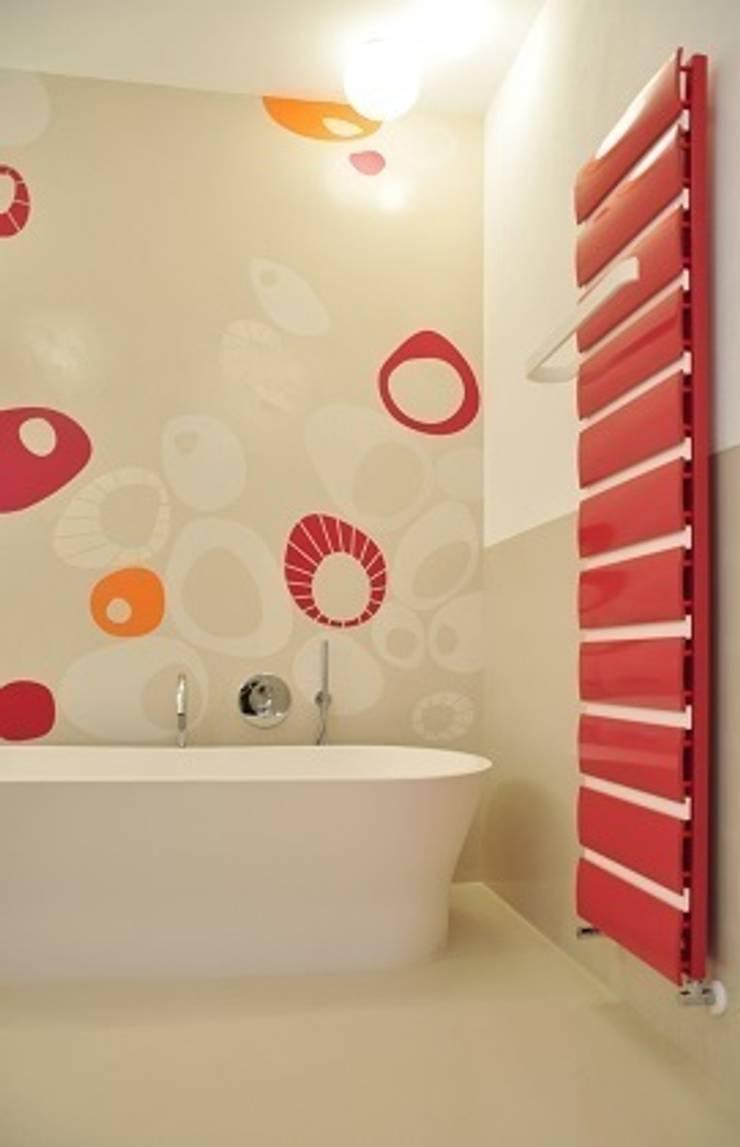 A CIASCUNO IL SUO COLORE: Bagno in stile  di Emanuela Orlando Progettazione,