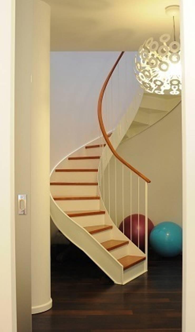 A CIASCUNO IL SUO COLORE: Ingresso & Corridoio in stile  di Emanuela Orlando Progettazione,