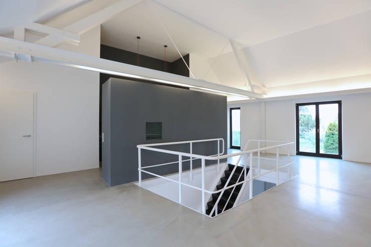 Treppenaufgang Obergeschoss:  Flur & Diele von Neugebauer Architekten BDA,Minimalistisch