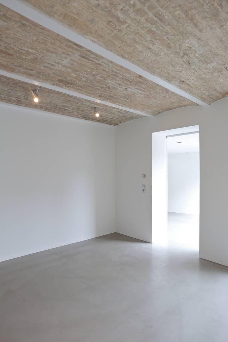 Schlafzimmer mit alten Gewölbe:  Schlafzimmer von Neugebauer Architekten BDA,Rustikal