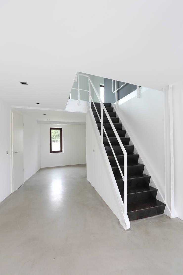 Treppenaufgang Erdgeschoss:  Flur & Diele von Neugebauer Architekten BDA,Minimalistisch