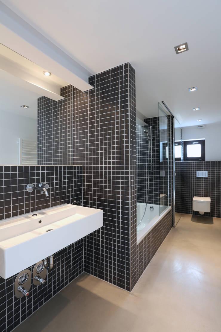 Badezimmer:  Badezimmer von Neugebauer Architekten BDA,Modern