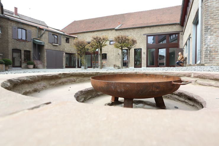 Feuerstelle im Hof:  Garten von Neugebauer Architekten BDA,Landhaus