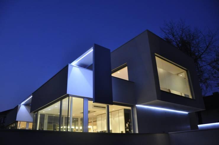 Außenbeleuchtung: moderne Häuser von Neugebauer Architekten BDA