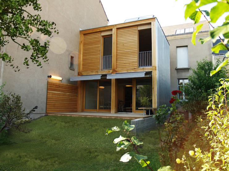 Façade sud sur jardin:  de style  par Atelier d'architecture Bm²
