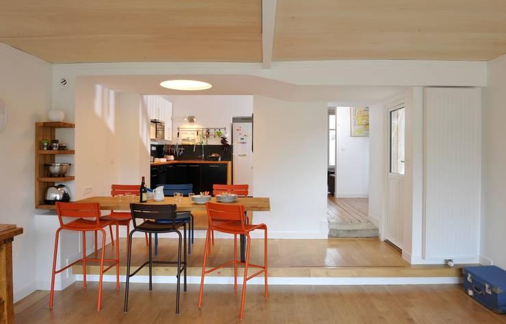 Vue intérieure de l'extension vers l'existant:  de style  par Atelier d'architecture Bm²