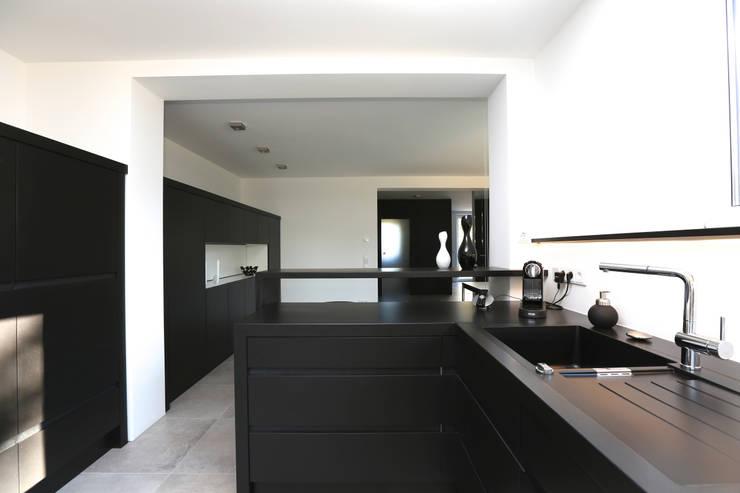 Cocinas de estilo moderno por Neugebauer Architekten BDA
