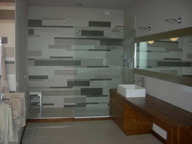 PASSATO E PRESENTE: Bagno in stile  di Emanuela Orlando Progettazione, Moderno