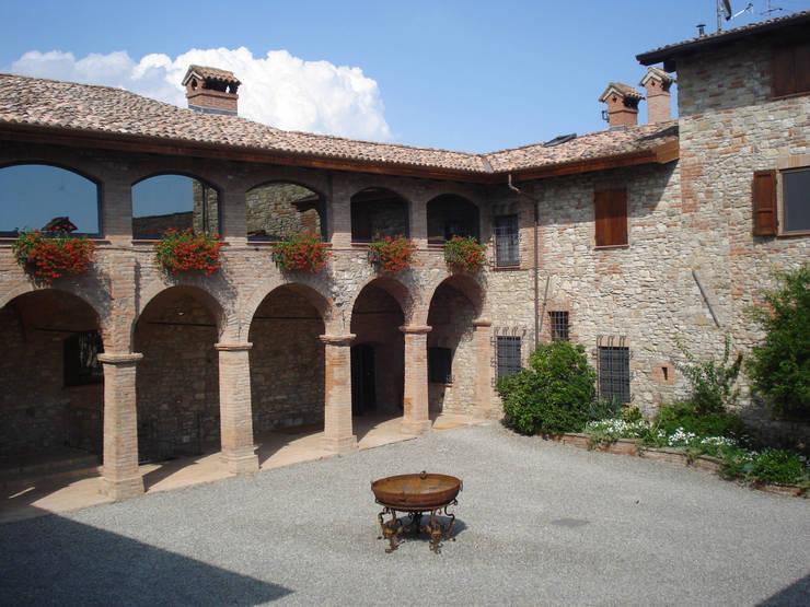PASSATO E PRESENTE: Giardino in stile  di Emanuela Orlando Progettazione, Rurale