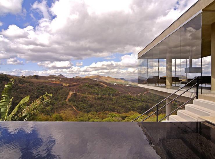 Vista a partir da piscina.: Casas  por Humberto Hermeto