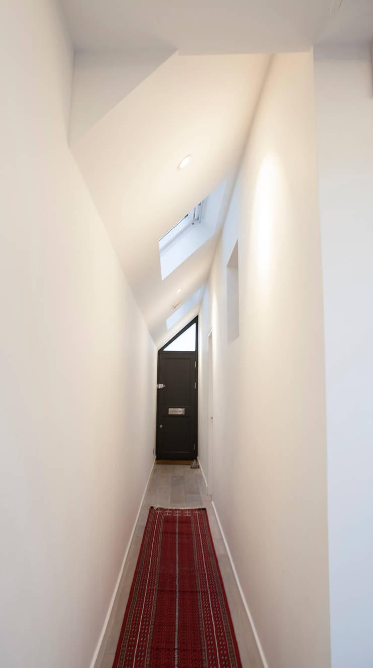 Lysia Street:  Corridor & hallway by S&Y Architects