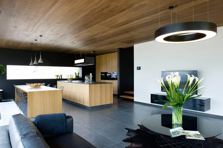 Ökologisches Massivholzhaus:  Wohnzimmer von massive passive
