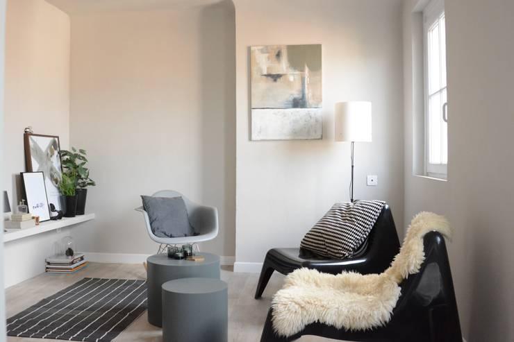 séjour studio: Salon de style de style Moderne par Insides
