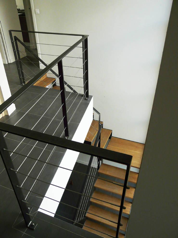 Escalier sur mesure en bois et métal: Couloir et hall d'entrée de style  par Gilles Cornevin SARL