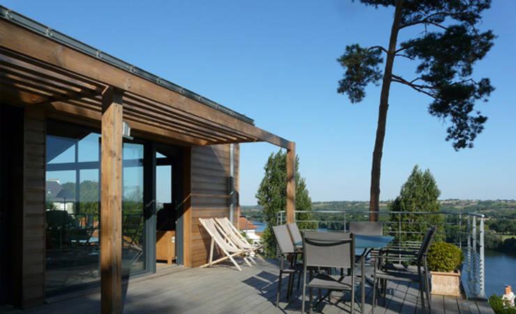 La terrasse domine la Loire : Maisons de style  par Gilles Cornevin SARL