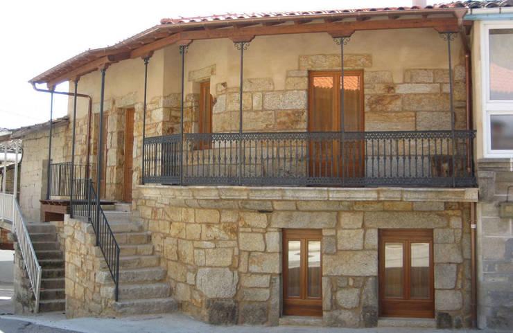 REHABILITACIÓN DE VIVIENDA UNIFAMILIAR EN XUNQUEIRA DE ESPADANEDO: Casas de estilo  de arquitectura SEN MÁIS