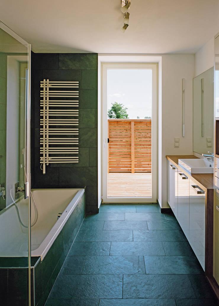 Passivhaus mit Sonnendeck in Gerasdorf Moderne Badezimmer von Abendroth Architekten Modern