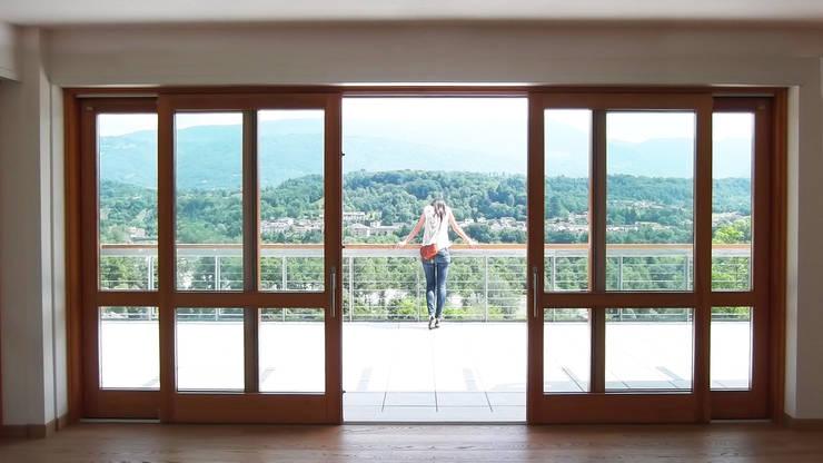 La grande apertura sul terrazzo panoramico: Finestre in stile  di Team Replan - Bortoluzzi Associati