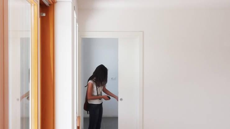 La porta di collegamento con la cucina: Cucina in stile  di Team Replan - Bortoluzzi Associati