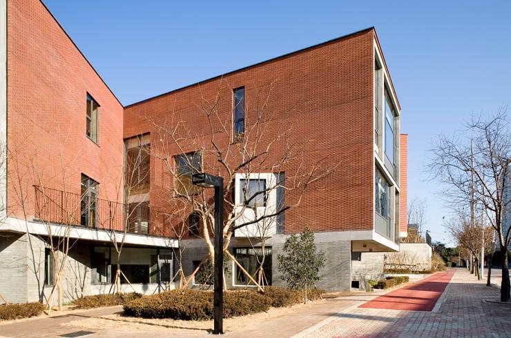 Kindergarten Unmun: ISON ARCHITECTS의  학교