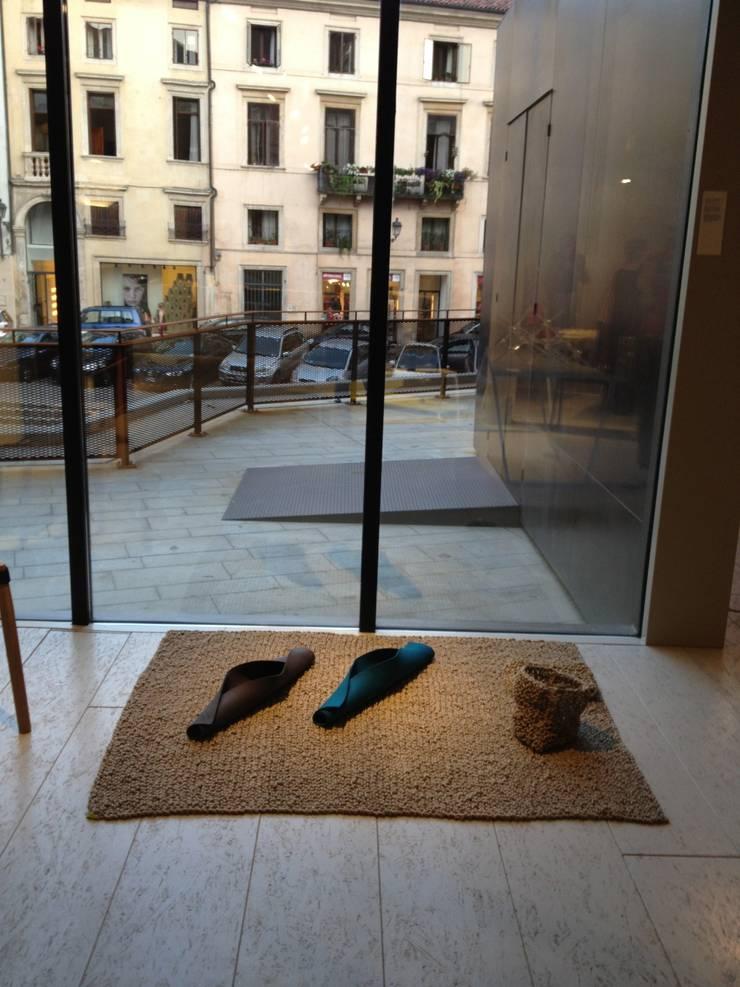 knitted sisal rug: Soggiorno in stile  di raffaella brunzin handmade,