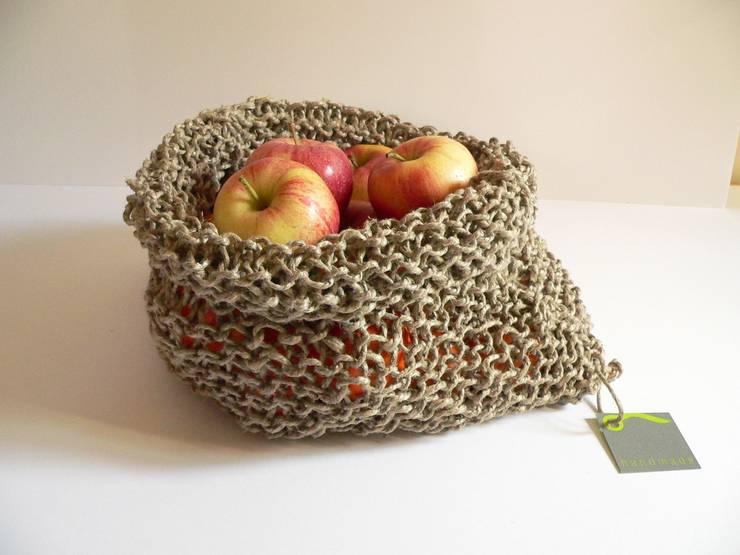 knitted sisal basket: Sala da pranzo in stile  di raffaella brunzin handmade,