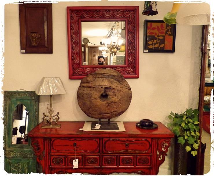 Aparador estilo oriental con espejo a juego : Comedor de estilo  de Conely