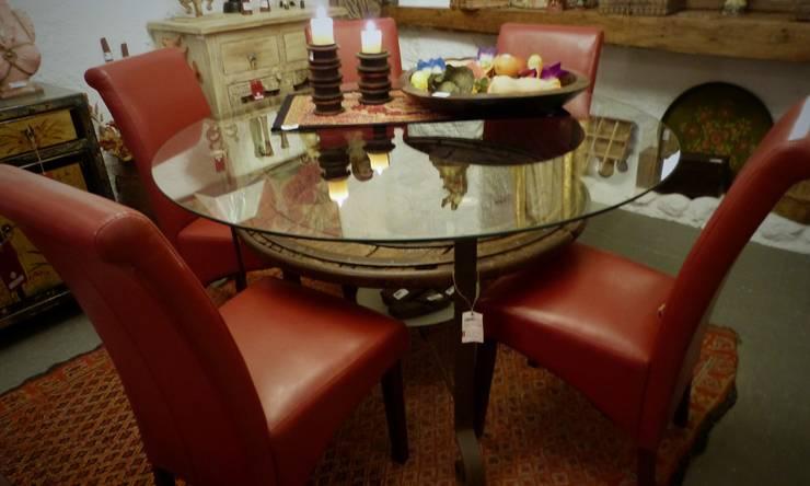 Comedor rústico con mesa de rueda de carro : Comedor de estilo  de Conely