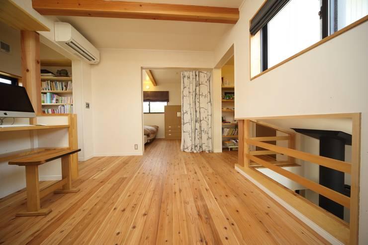 マキストーブのあるイエ: ツカ・デザインスタヂオ一級建築士事務所が手掛けた和室です。