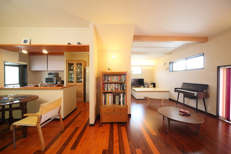 寄棟屋根のイエ モダンデザインの リビング の ツカ・デザインスタヂオ一級建築士事務所 モダン