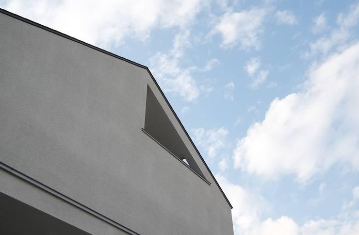 吉川の住まい House in yoshikawa: タイラヤスヒロ建築設計事務所/yasuhiro taira architects & associatesが手掛けた家です。,モダン