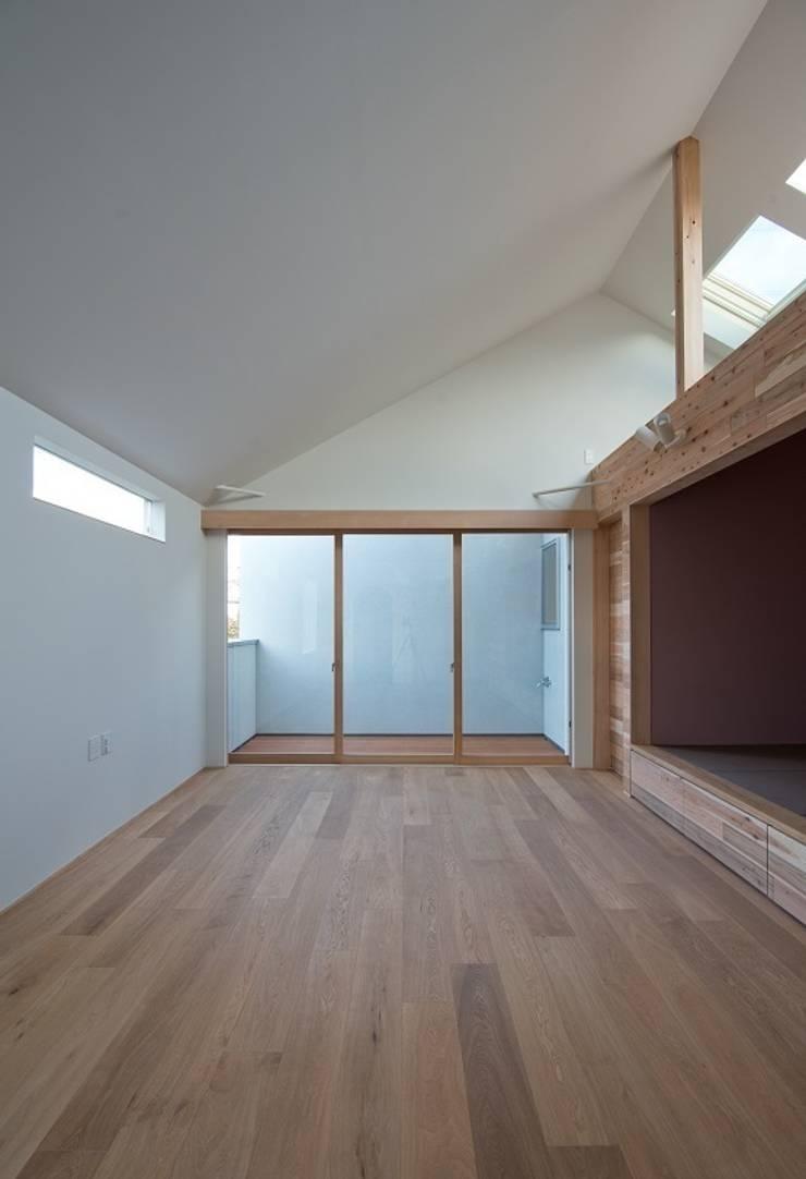 吉川の住まい House in yoshikawa: タイラヤスヒロ建築設計事務所/yasuhiro taira architects & associatesが手掛けたリビングです。,モダン