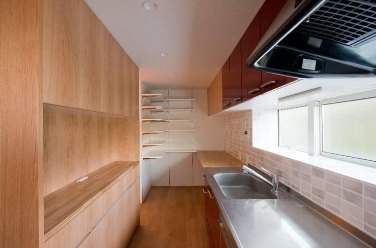 吉川の住まい House in yoshikawa: タイラヤスヒロ建築設計事務所/yasuhiro taira architects & associatesが手掛けたキッチンです。,モダン