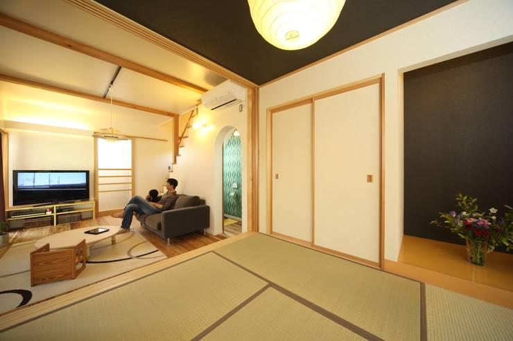 マキストーブのあるイエ: ツカ・デザインスタヂオ一級建築士事務所が手掛けたリビングです。