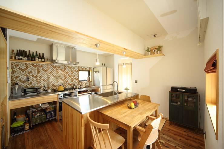 マキストーブのあるイエ: ツカ・デザインスタヂオ一級建築士事務所が手掛けたキッチンです。