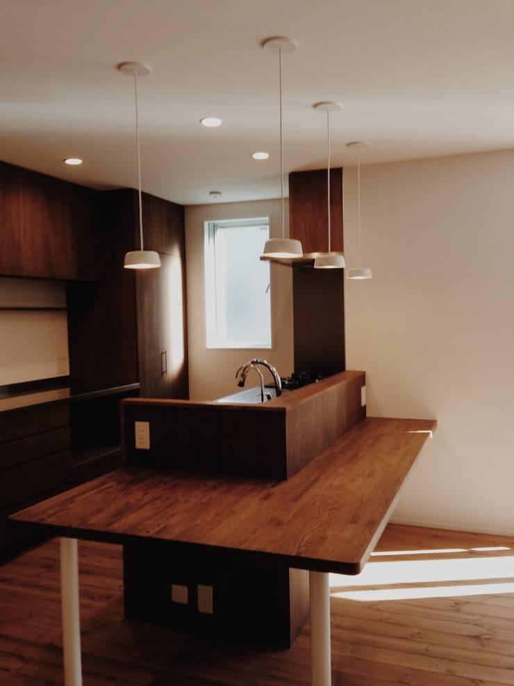 東和の住まい House in to-wa: タイラ ヤスヒロ建築設計事務所/taira yasuhiro architect & associatesが手掛けたキッチンです。