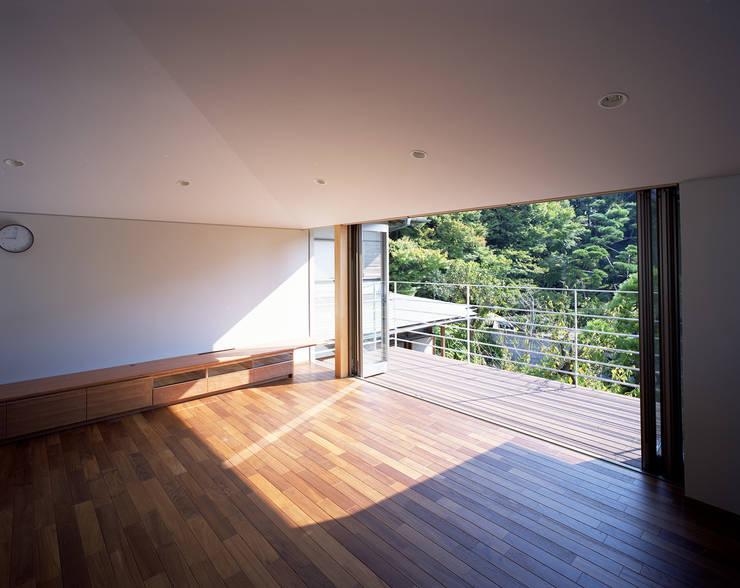 森を望む家: 西島正樹/プライム一級建築士事務所 が手掛けたリビングです。