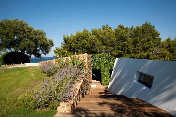 """Villa """"O"""" - Portisco, Sardegna: Case in stile  di Studio Marastoni, Minimalista"""