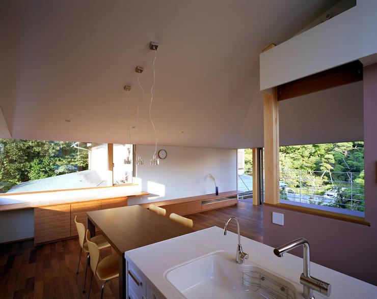森を望む家: 西島正樹/プライム一級建築士事務所 が手掛けたダイニングです。
