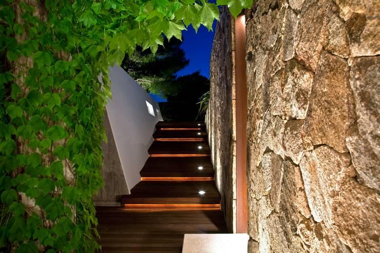 Villa <q>O</q> – Portisco, Sardegna: Ingresso & Corridoio in stile  di Studio Marastoni, Minimalista