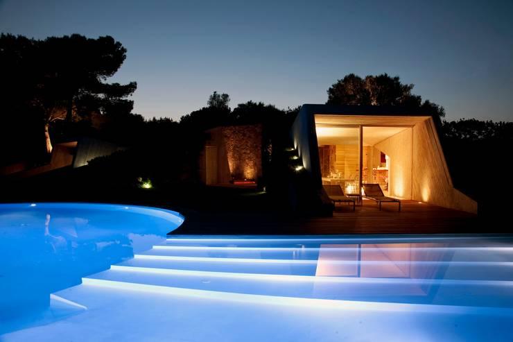 Villa <q>O</q> – Portisco, Sardegna: Piscina in stile  di Studio Marastoni, Minimalista
