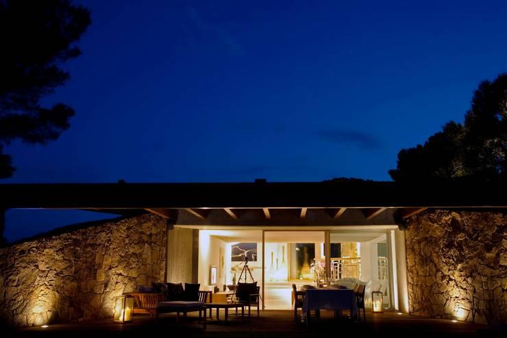 Villa <q>O</q> – Portisco, Sardegna: Finestre in stile  di Studio Marastoni, Minimalista