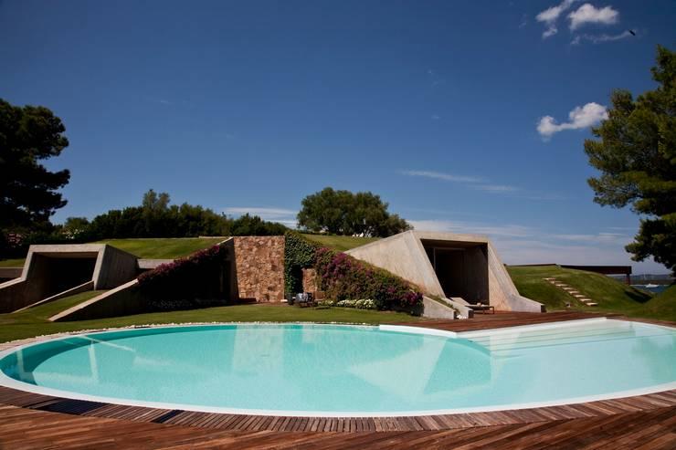 "Villa ""O"" - Portisco, Sardegna: Case in stile in stile Minimalista di Studio Marastoni"