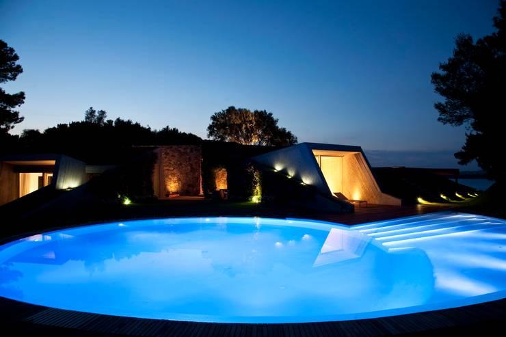 """Villa """"O"""" - Portisco, Sardegna: Piscina in stile  di Studio Marastoni"""