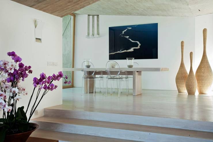 "Villa ""O"" - Portisco, Sardegna: Sala da pranzo in stile  di Studio Marastoni"