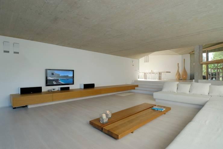 """Villa """"O"""" - Portisco, Sardegna: Soggiorno in stile  di Studio Marastoni"""
