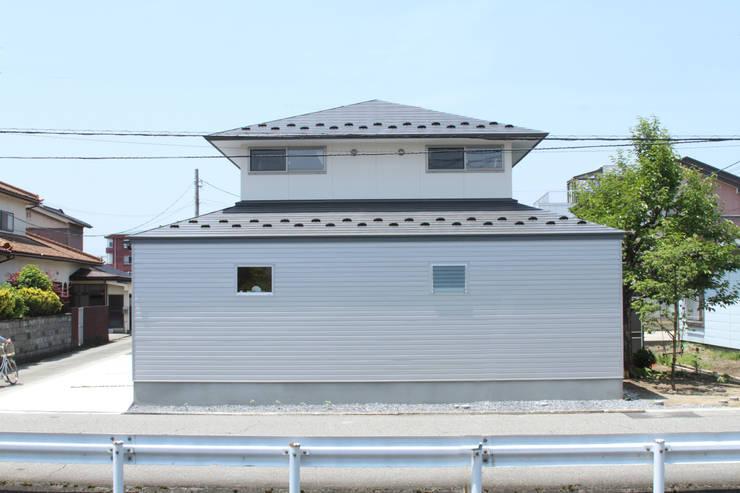 寄棟屋根のイエ: ツカ・デザインスタヂオ一級建築士事務所が手掛けた家です。